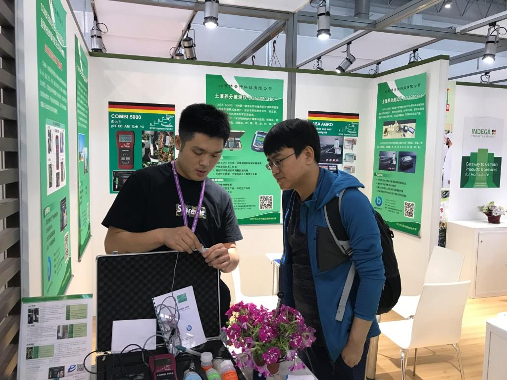Our Chinese partner demonstrating the COMBI 5000, our multifunction measuring instrument for pH, EC, activity, soil moisture and temperature.